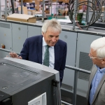 Oberbürgermeister Jürgen Roters (links) bestaunt eine unserer großen Druckmaschinen aus der Nähe