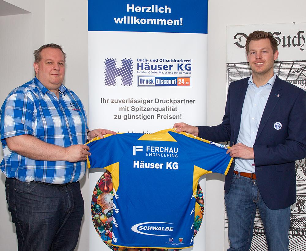 Übergabe des limitierten Sondertrikots vom VfL Gummersbach durch Carsten Ponsar (rechts) an Heiko Mazur (links)