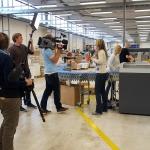 Das WDR-Team am Klebebinder mit einem fertigen Buch